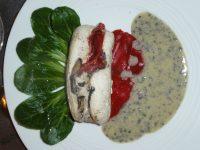 Ballotine de poulet farcie aux poivrons rouges, champignons noirs, sauce à la truffe,lit de mâche - Philippe Jouveneau - cuisinier à domicile à Charleville-Mézières